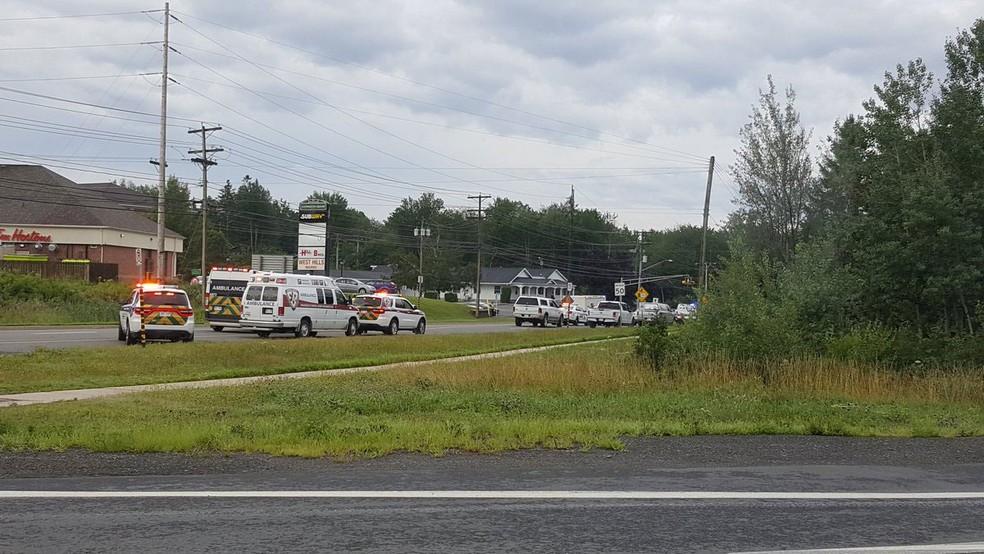 Carros do serviço de emergência vão ao local de tiroteio em Fredericton, no Canadá, nesta sexta-feira (10)  (Foto: Kev Bourque/via Reuters)