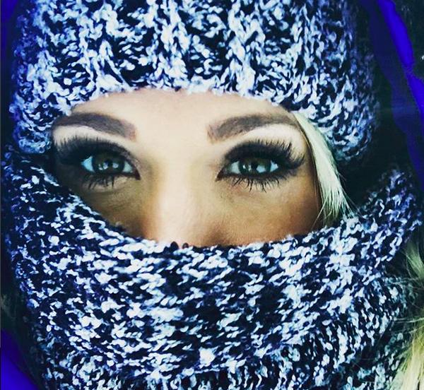 A cantora Carrie Underwood com o rosto coberto (Foto: Instagram)