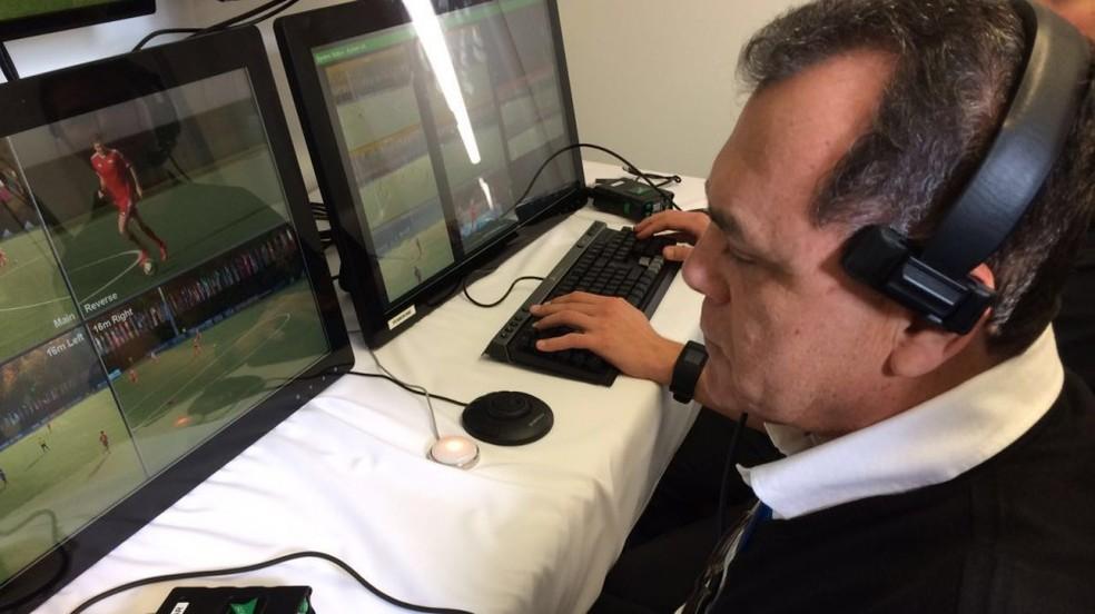 Manoel Serapião Filho em teste do árbitro de vídeo na Suíça — Foto: Divulgação/CBF