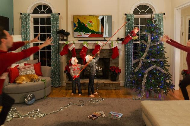 E em 2018, tentaram pendurar a irmãzinha no topo da árvore de Natal (Foto: Reprodução Facebook)