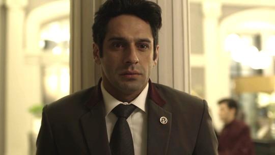 Teaser: Agnaldo escuta Douglas chamar a polícia e decide fugir