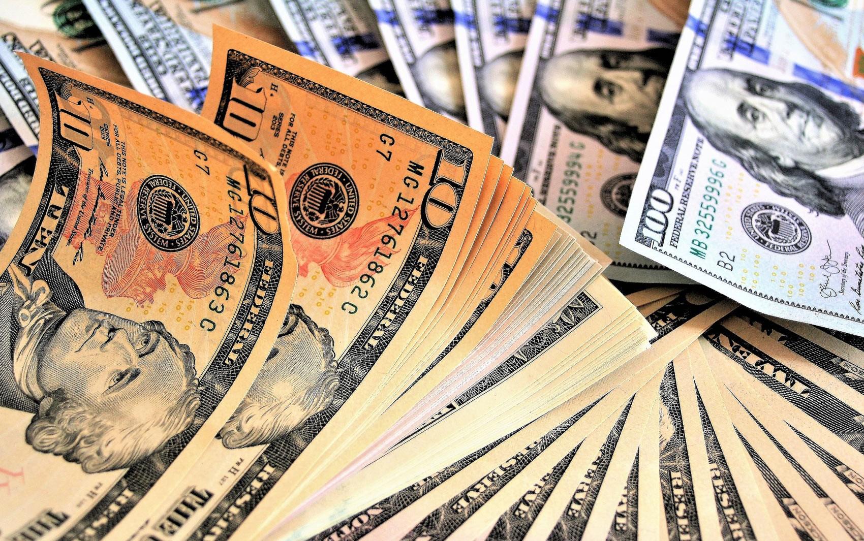 Dólar fecha em alta monitorando guerra comercial entre EUA e China - Notícias - Plantão Diário