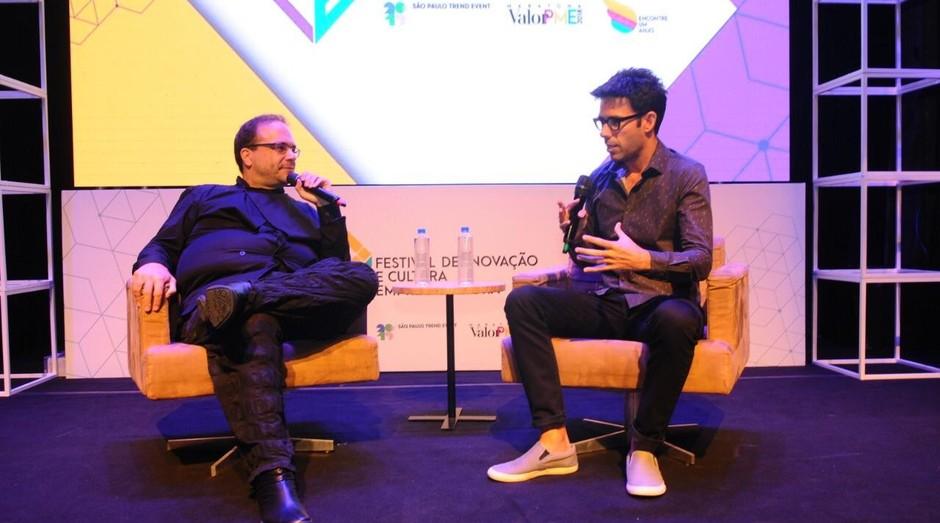 Fernando Luna, diretor editorial da Editora Globo (dir.), entrevista o curador Marcello Dantas (esq.) (Foto: Alexandre Dipaula)