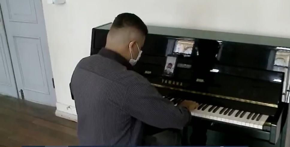 'Consigo expressar através da música', diz jovem cego de SC que aprendeu piano ouvindo canções