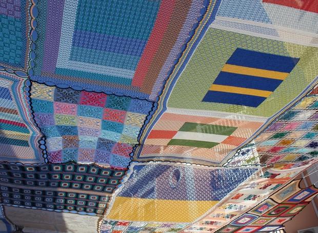 El delicado trabajo de los artesanos no solo aporta belleza y color al lugar sino que también ayuda a controlar el calor (Foto: Publicidad / Alharan de la Torre)
