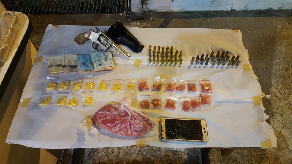 Armas e munições também foram apreendidas — Foto:  PMRv/Divulgação