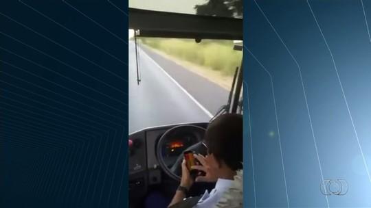 Motorista de ônibus tira as mãos do volante para mexer em celular; vídeo
