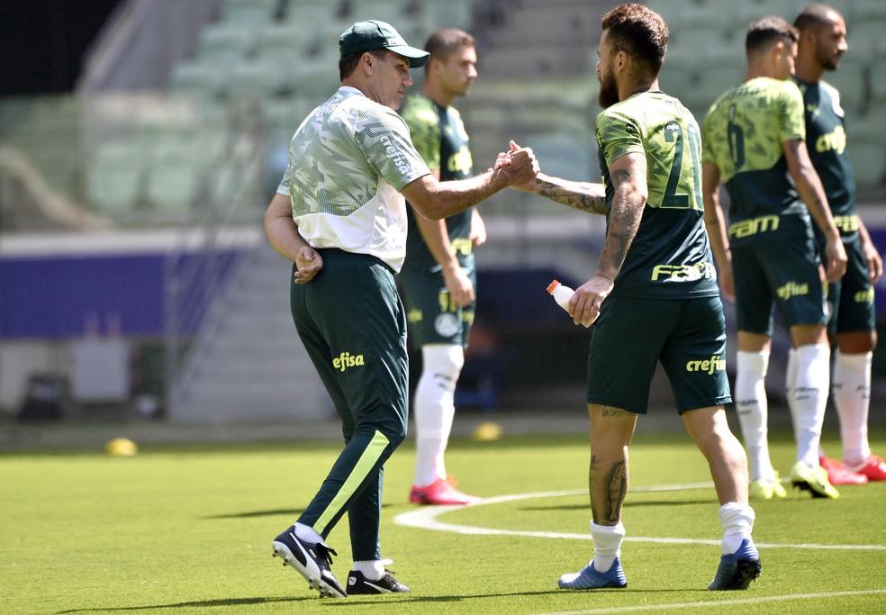 Vanderlei Luxemburgo e Lucas Lima, em treino do Palmeiras na arena — Foto: Marcos Ribolli