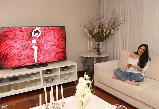 """Marina Elali assistindo o clipe de """"Olha Para Mim"""" (Foto: Reginaldo Teixeira / Ed. Globo)"""