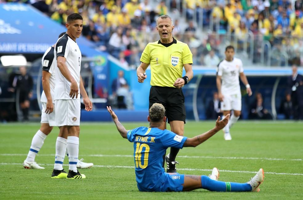 Neymar reclama com árbitro em jogo contra a Costa Rica, na Copa do Mundo — Foto: Julian Finney/Getty Images