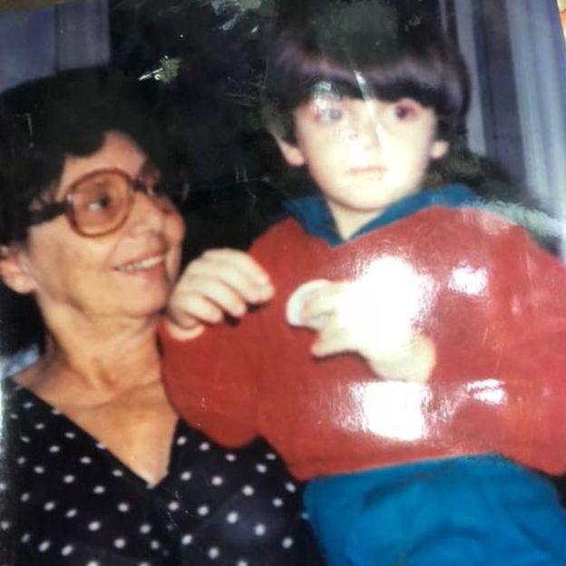 Harold no colo da mãe dele, Nilza Cozac, que o adotou quando ele tinha 3 meses de idade (Foto: ARQUIVO PESSOAL)