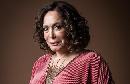 Irmã do pai de Lola, Emília (Susana Vieira) é uma mulher solitária, viúva de um homem riquíssimo. Apesar de ter um carinho pela família, mantém-se distante das sobrinhas e sofre com o distúrbio mental da filha, Justina (Julia Stockler) TV Globo
