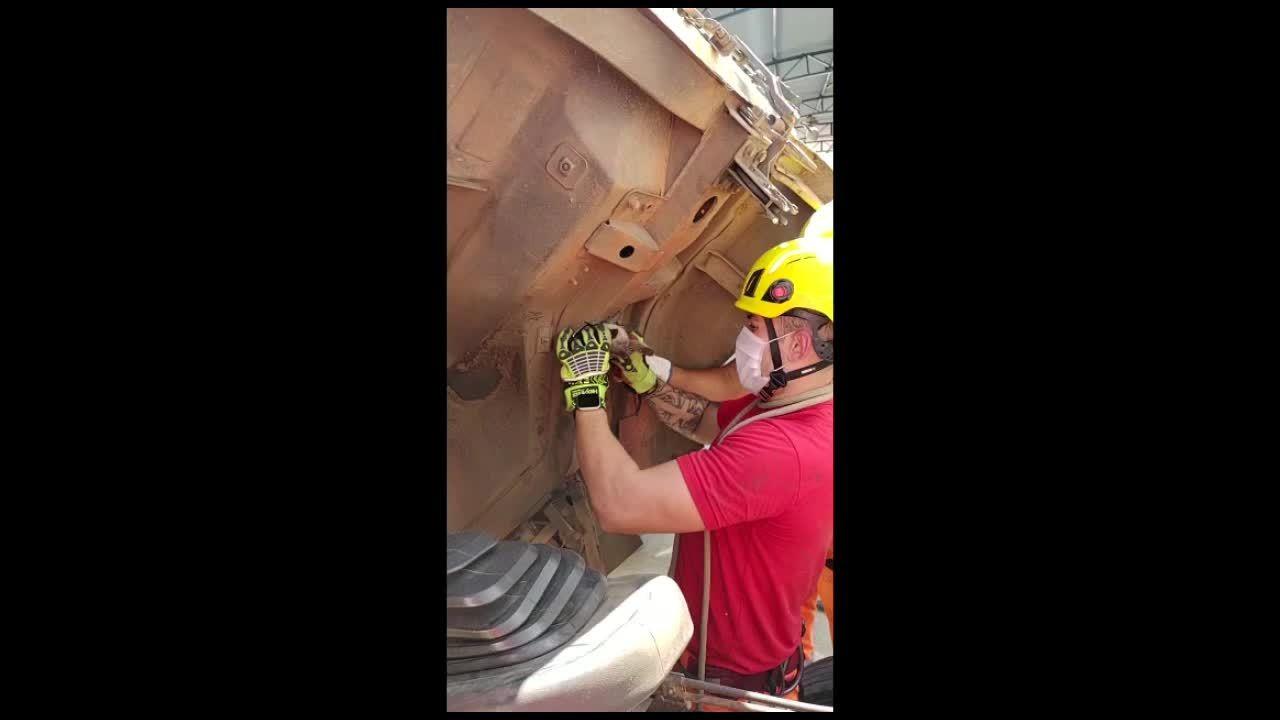 Filhote de gato fica preso em compartimento interno de caminhão em Arcos