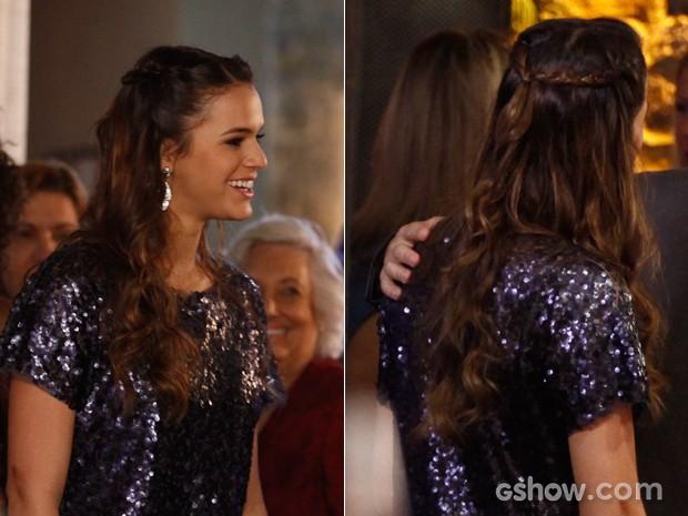Aqui ela dá um toque a mais no cabelo com parte preso em uma trança (Foto: Inácio Moraes/TV Globo)