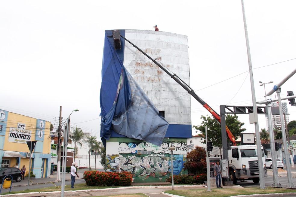 Prefeitura de Cuiabá começou a desmontar o relógio, localizado no entroncamento da Avenida Mato Grosso com a Avenida Tenente Coronel Duarte (Prainha), em Cuiabá (Foto: Luiz Alves/Prefeitura de Cuiabá)