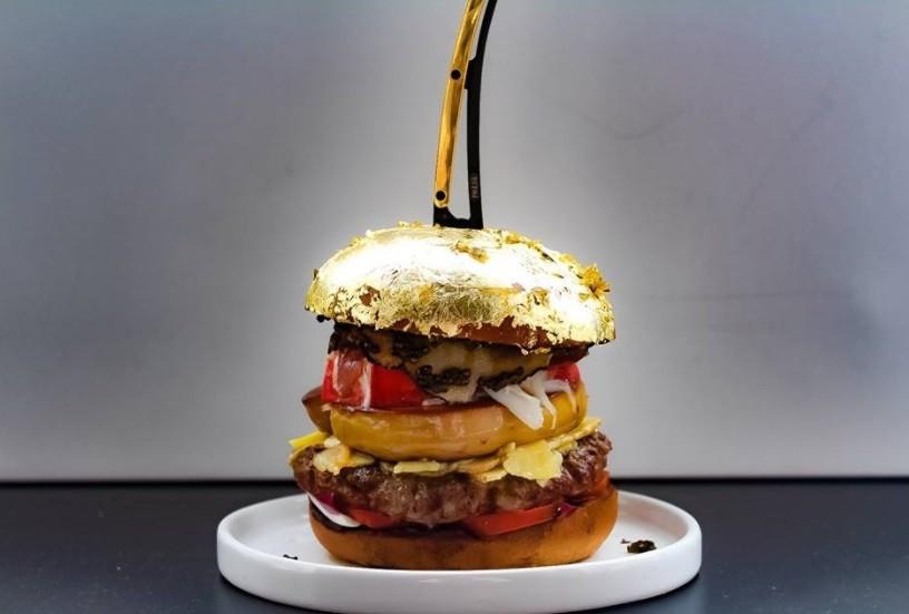 O hambúrguer mais caro do mundo: pão folheado a ouro, caviar, lagosta e foie gras