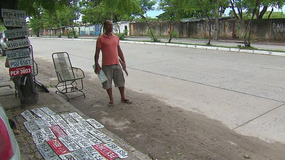 Moradores do Recife ajudam motoristas a encontrar placas perdidas em chuvas e alagamentos — Foto: Reprodução/TV Globo