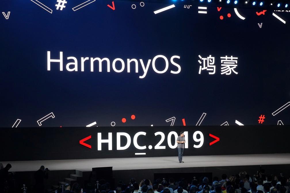 Richard Yu, diretor da divisão de negócios para o consumidor da Huawei, apresenta o HarmonyOS na conferência para desenvolvedores da fabricante chinesa — Foto: Reuters/China Stringer Network