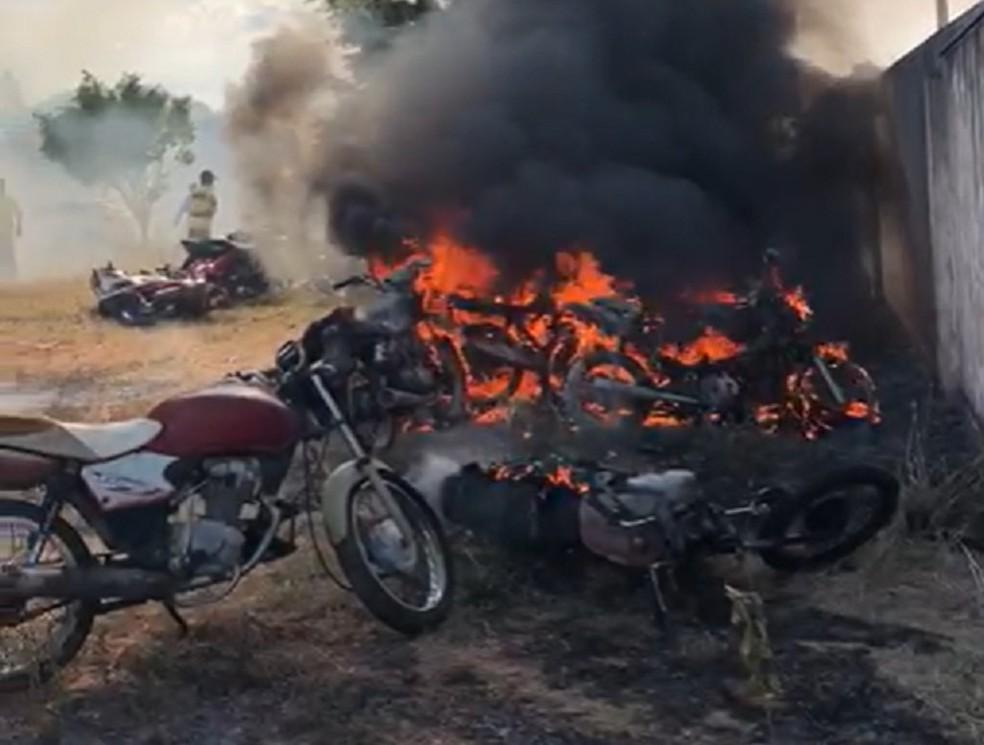 Incêndio que destruiu 10 motocicletas em pátio de Demutran no Ceará começou após crianças usarem bombinha — Foto: Reprodução