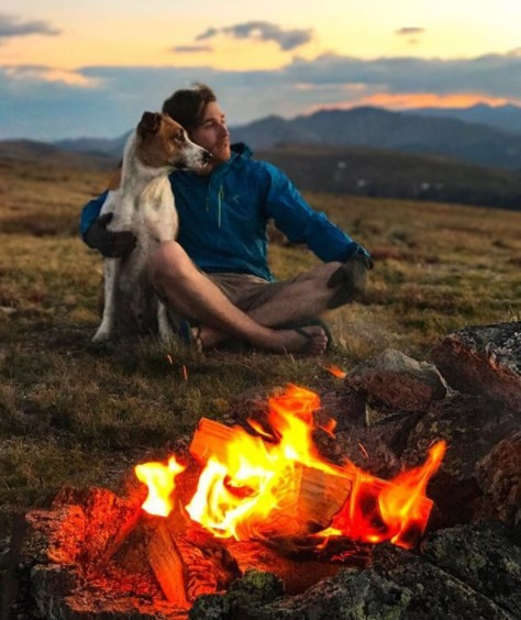 Casal explora montanhas ao lado dos animais de estimação