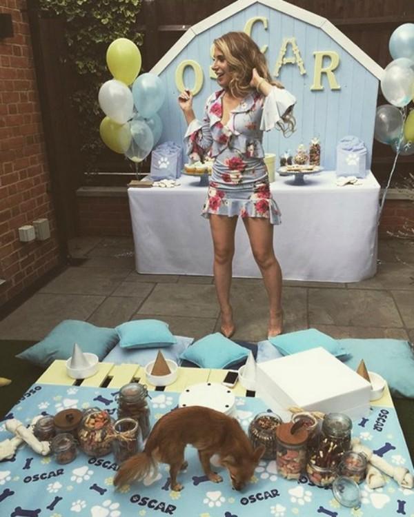 A modelo Lizzie Lewis e o chihuahua Oscar (Foto: Reprodução Instagram)