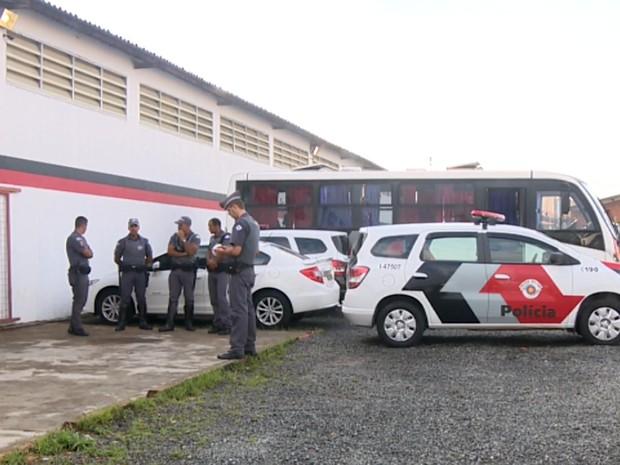 Alunos foram levados para a delegacia em ônibus da PM, em Campinas (Foto: Márcio Silveira / EPTV)