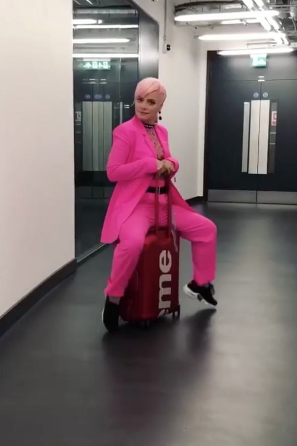 Lily Allen sentada em sua mala da colaboração Rimowa x Supreme (Foto: Reprodução/Instagram)
