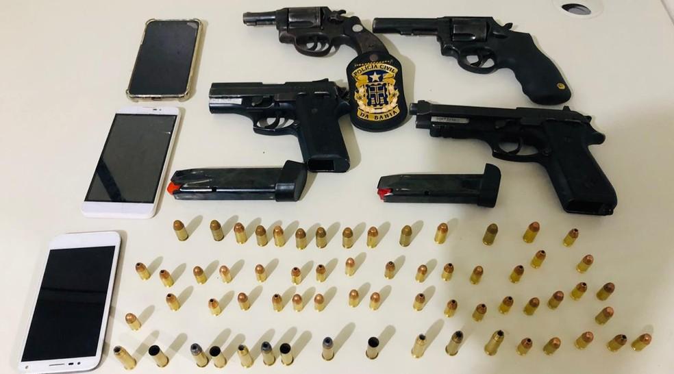 Armas apreendidas com dupla presa em Feira de Santana — Foto: SSP/ Divulgação