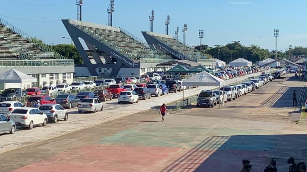 Longa fila de carros para a vacinação no sambódromo em Manaus — Foto: Patrick Marques/G1