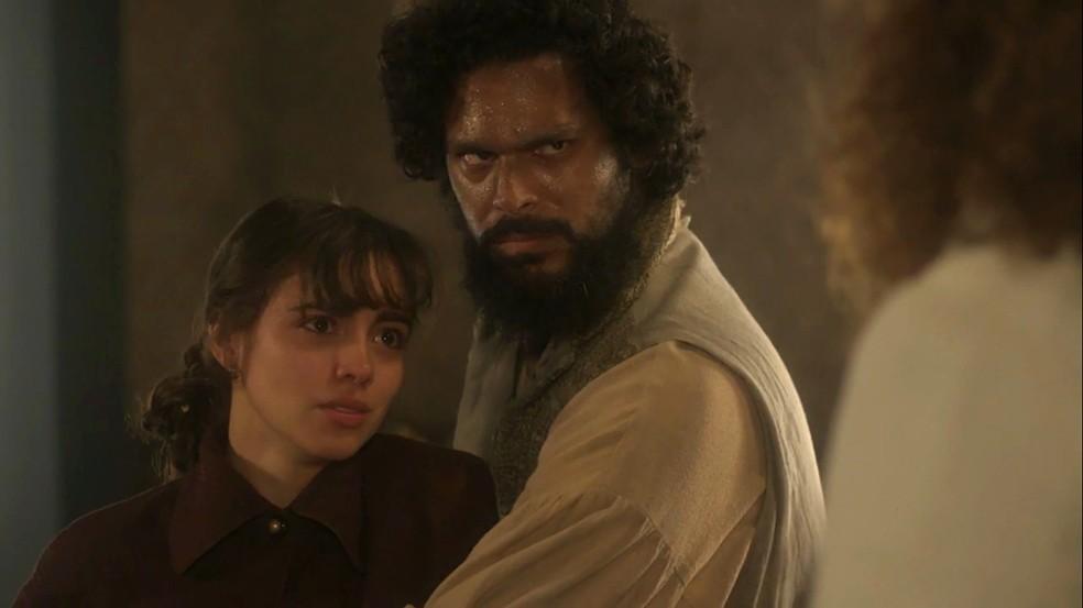Cecília (Isabella Dragão) não tolera as palavras do pai, Sebastião (Roberto Cordovani), e diz que prefere morrer a voltar a morar com ele, em 'Novo Mundo' — Foto: TV Globo