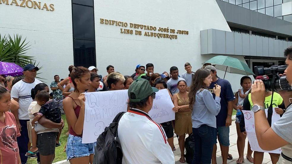 Moradores do Monte Horebe em Manaus protestam em frente à Assembleia Legislativa do AM — Foto: Carolina Diniz/G1 AM