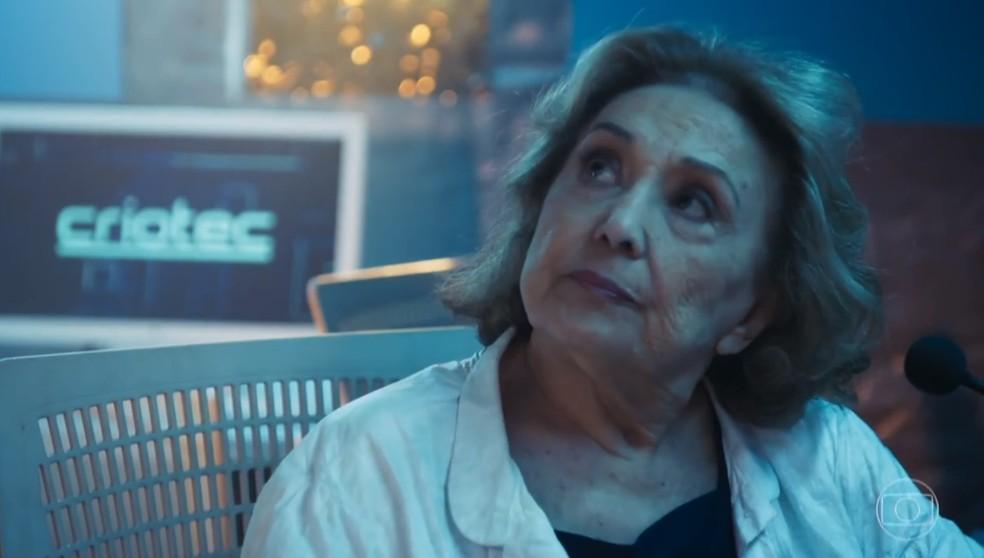 Petra (Eva Wilma) também não sabe que Marocas (Juliana Paiva) vai ser vítima de um plano cruel, em 'O Tempo Não Para' — Foto: TV Globo