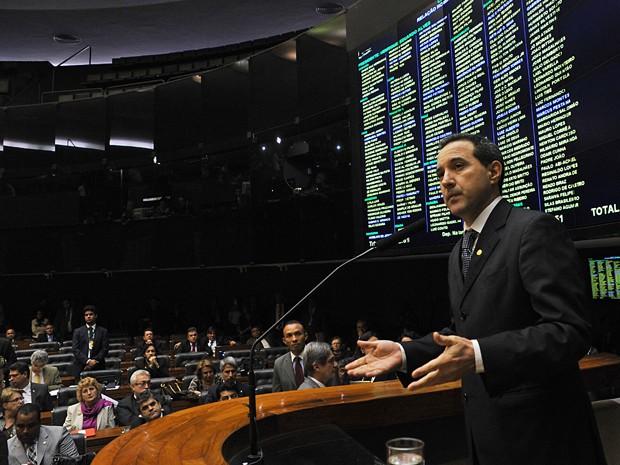 O deputado Natan Donadon discursa em defesa própria na sessão para votação do processo de cassação (Foto: Zeca Ribeiro/Câmara dos Deputados)