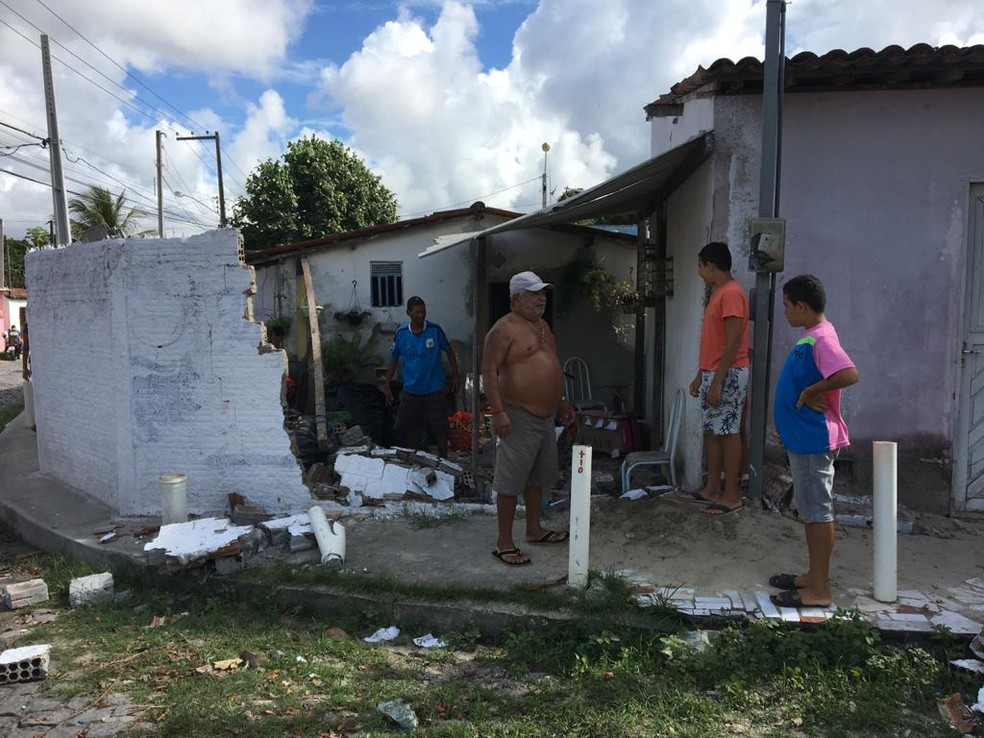 Muro de casa ficou destruído após ser atingido por caminhão sem motorista em Parnamirim nesta terça (21) — Foto: Quézia Oliveira/Inter TV Cabugi