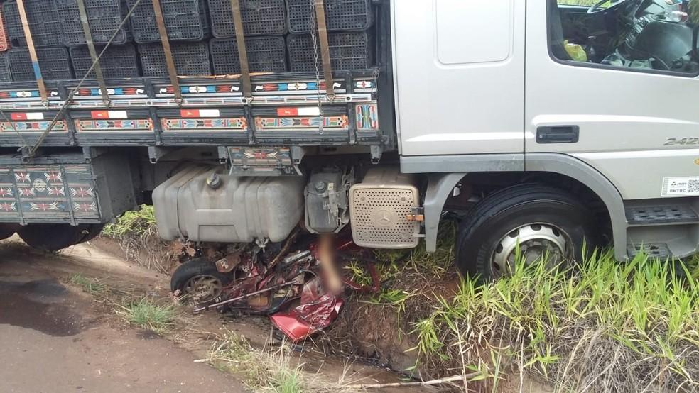 Carro ficou destruído e foi parar debaixo da carreta após o acidente na rodovia que liga Jaú a Mineiros do Tietê  — Foto: Arquivo pessoal