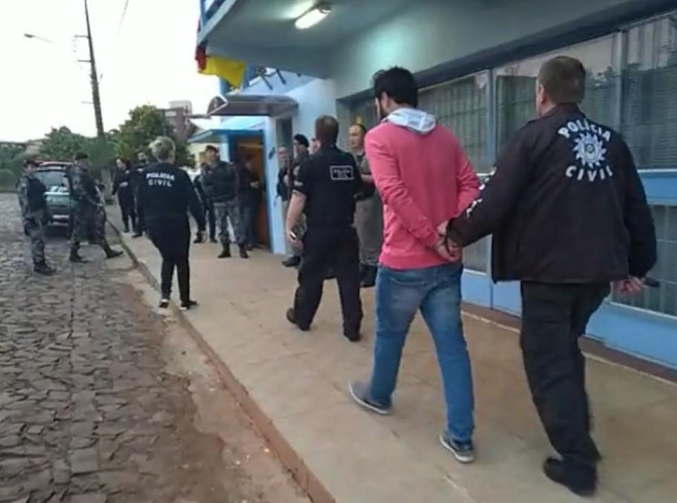 Cinco pessoas foram presas por enquanto. Operação ocorre em seis cidades gaúchas â?? Foto: Polícia Civil/divulgação