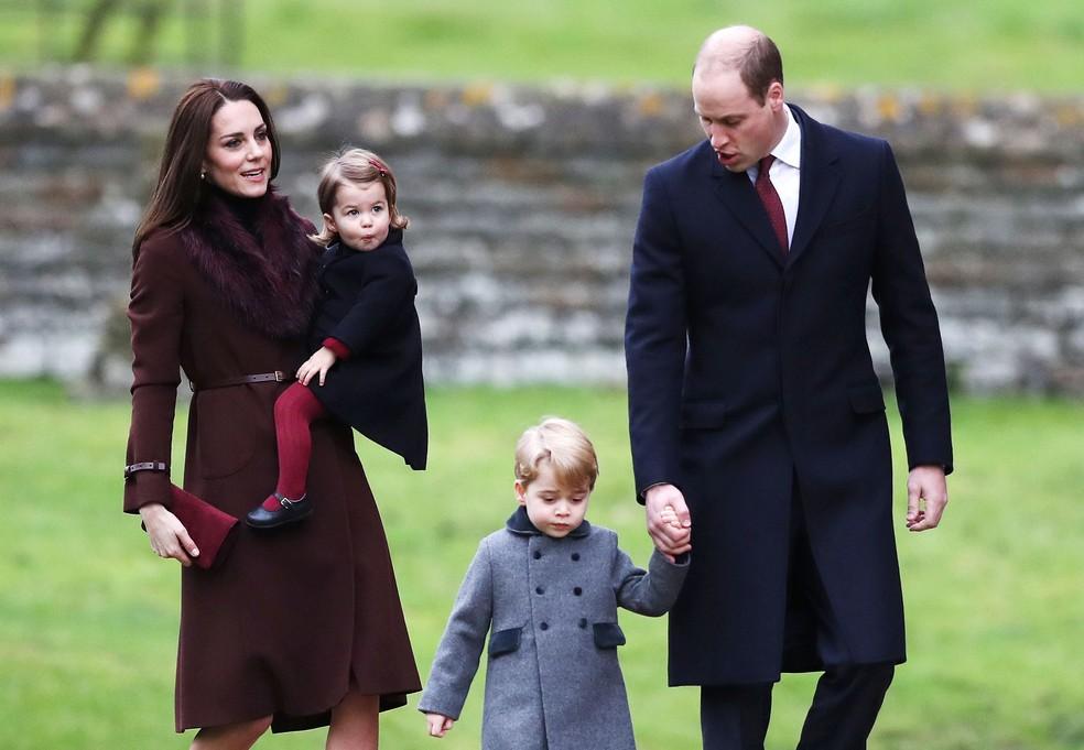 Kate e William levam os filhos, Charlotte e George, à cerimônia de Natal na Igreja de St Mark. (Foto: Andrew Matthews/AP)