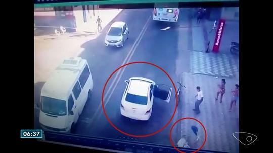 Vídeo mostra mulher se jogando de carro durante perseguição no ES