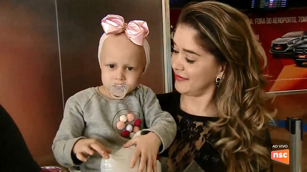 Antonella mora em SC e precisa de remédio para tratar leucemia. (Foto: Reprodução/NSC TV)