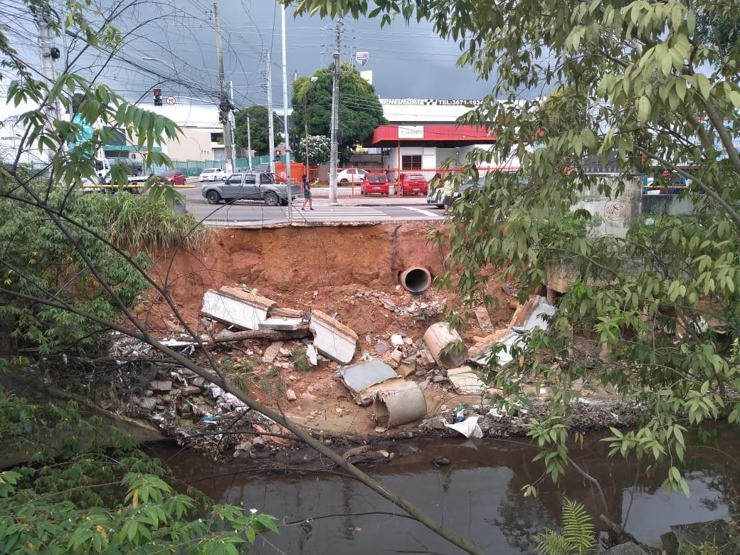 Parte de calçada desaba na Avenida Brasil em Manaus