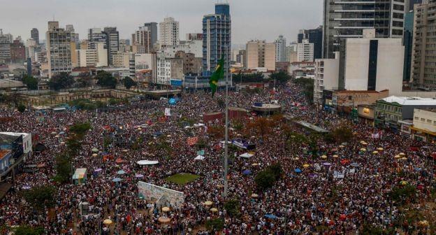 Manifestação liderada por mulheres lotou Largo da Batata, em São Paulo, no sábado, 29 (Foto: AFP via BBC News Brasil)