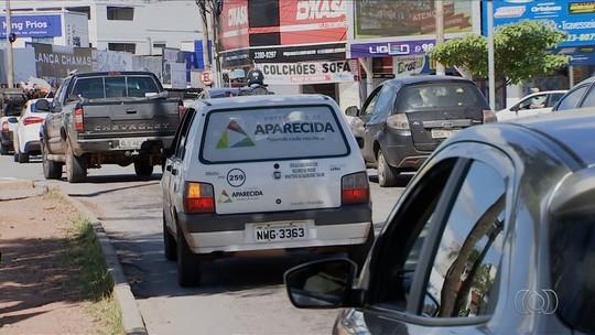 Mulher é flagrada com criança no colo sem cinto de segurança no carro da Prefeitura de Aparecida de Goiânia