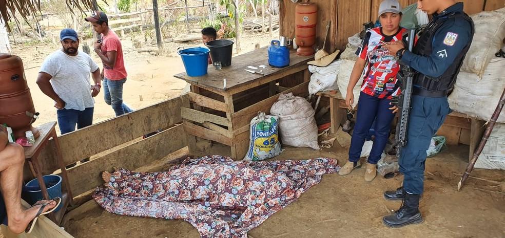 Corpo de Wuceli Mendes ficou no local do crime até a chegada da polícia — Foto: Reprodução/Redes Sociais