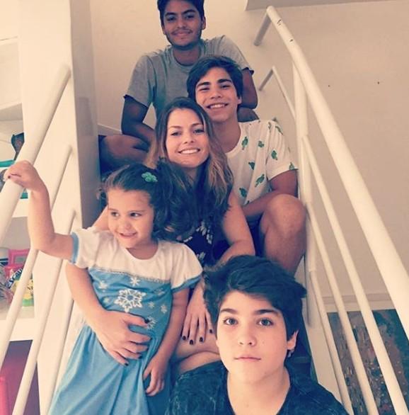 Ana Paula Tabalipa com os filhos (Foto: Reprodução Instagram)