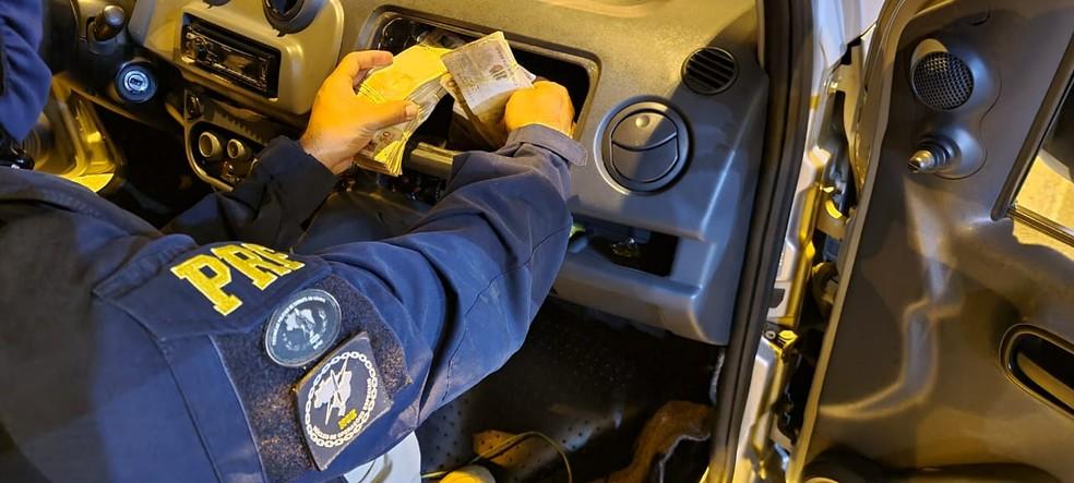 PRF encontra mais de R$ 128 mil em fundo falso de veículo na PB — Foto: PRF/Divulgação