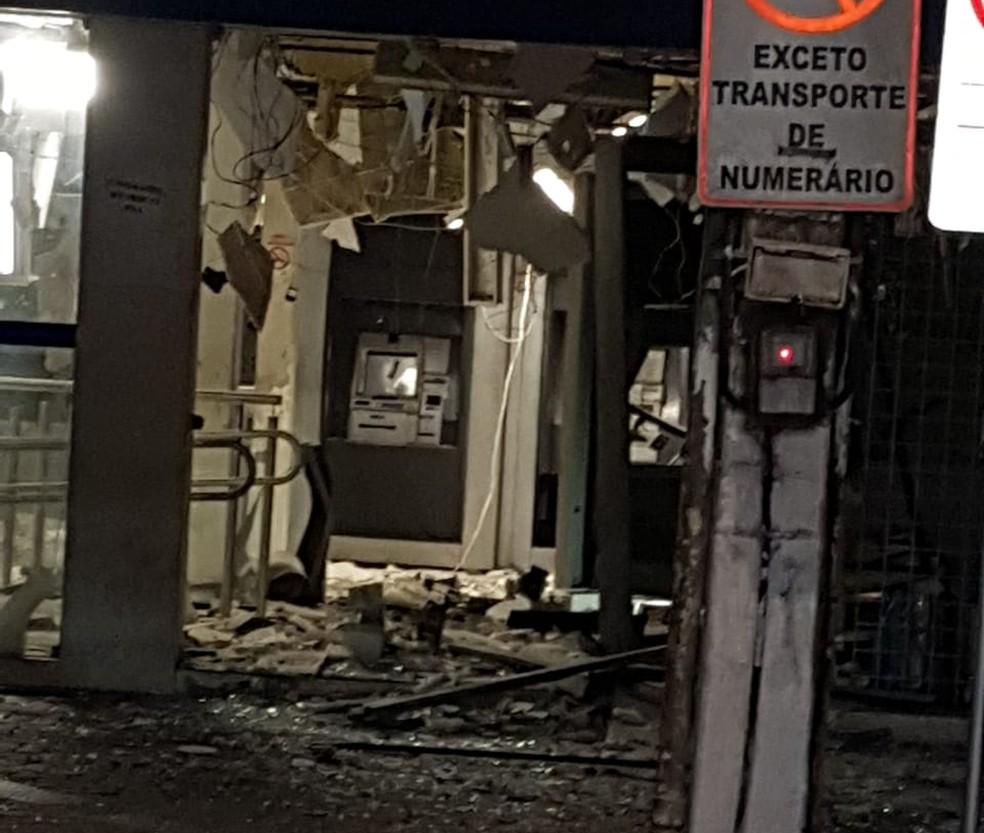 Agência da Caixa Econômica Federal foi alvo da ação de criminosos em Carpina, na Zona da Mata — Foto: Reprodução/WhatsApp