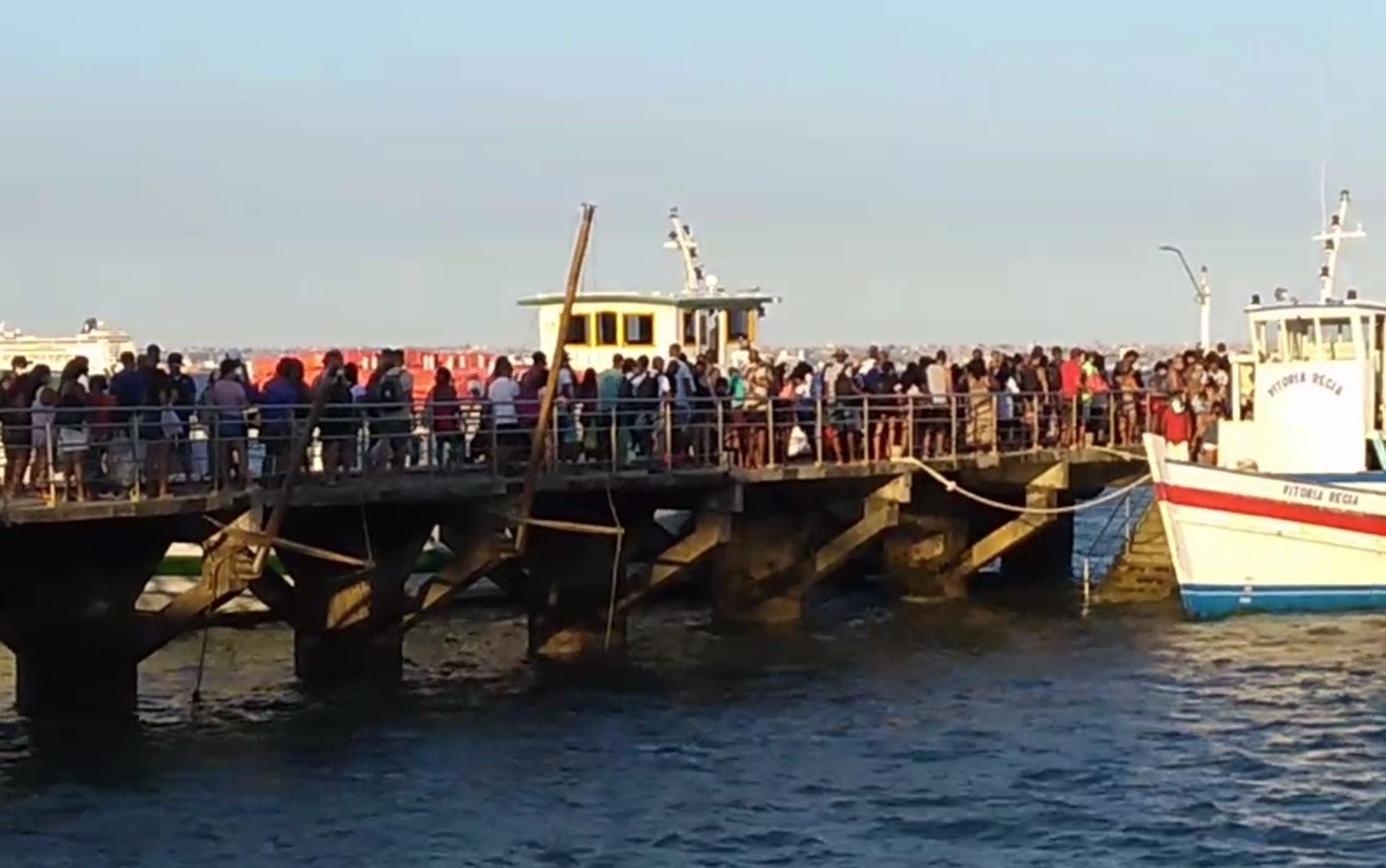 Com maioria sem máscara, passageiros se aglomeram em fila da travessia Salvador - Mar Grande