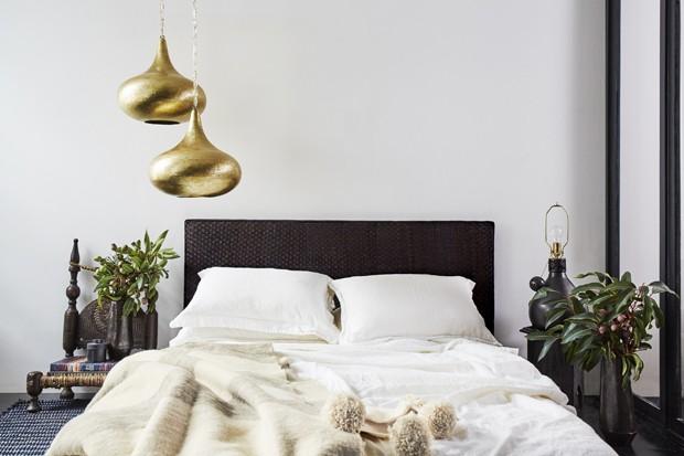 Objetos de vime e madeira decoram apartamento preto e branco em Nova York (Foto: Divulgação)