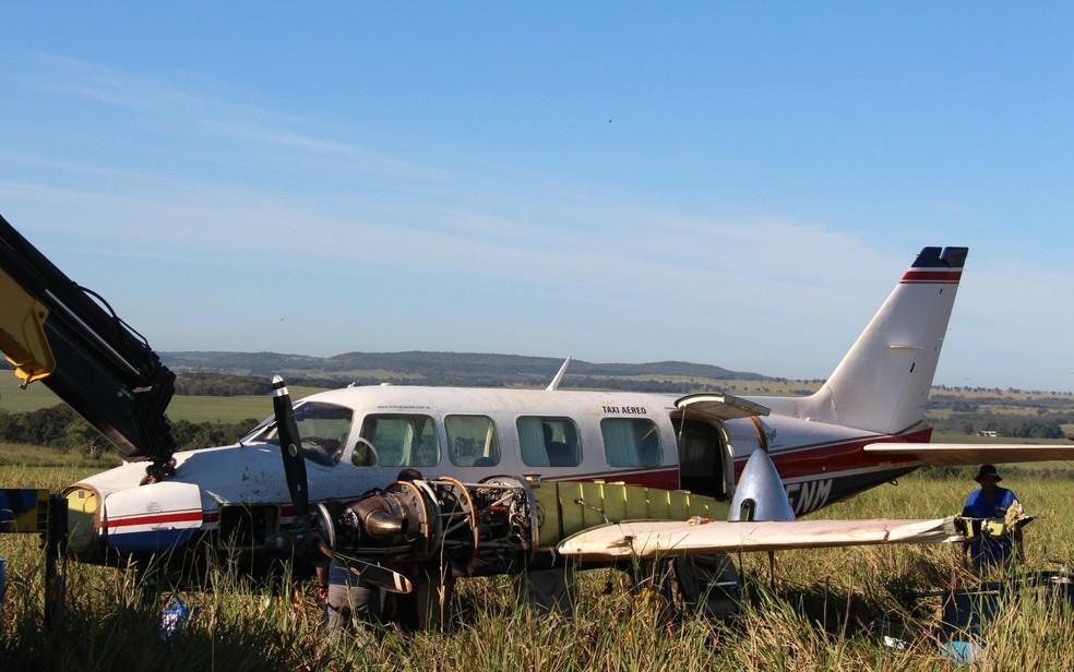 Técnicos do Seripa 4 e da Embraer recolhendo partes do avião com Angélica e Luciano Huck que fez pouso forçado em MS — Foto: Priscilla dos Santos/G1 MS