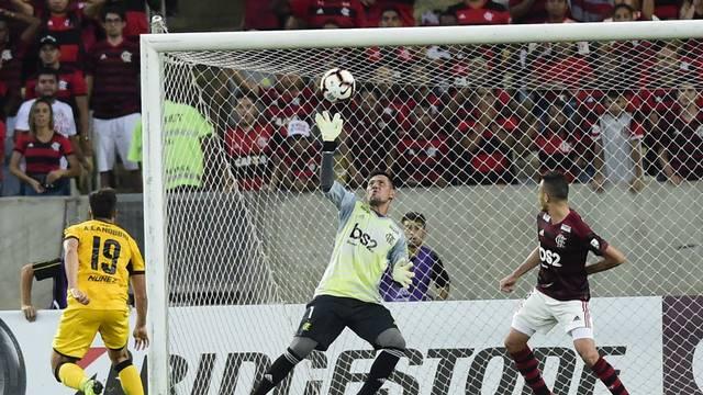 Diego Alves fez grande defesa no primeiro tempo
